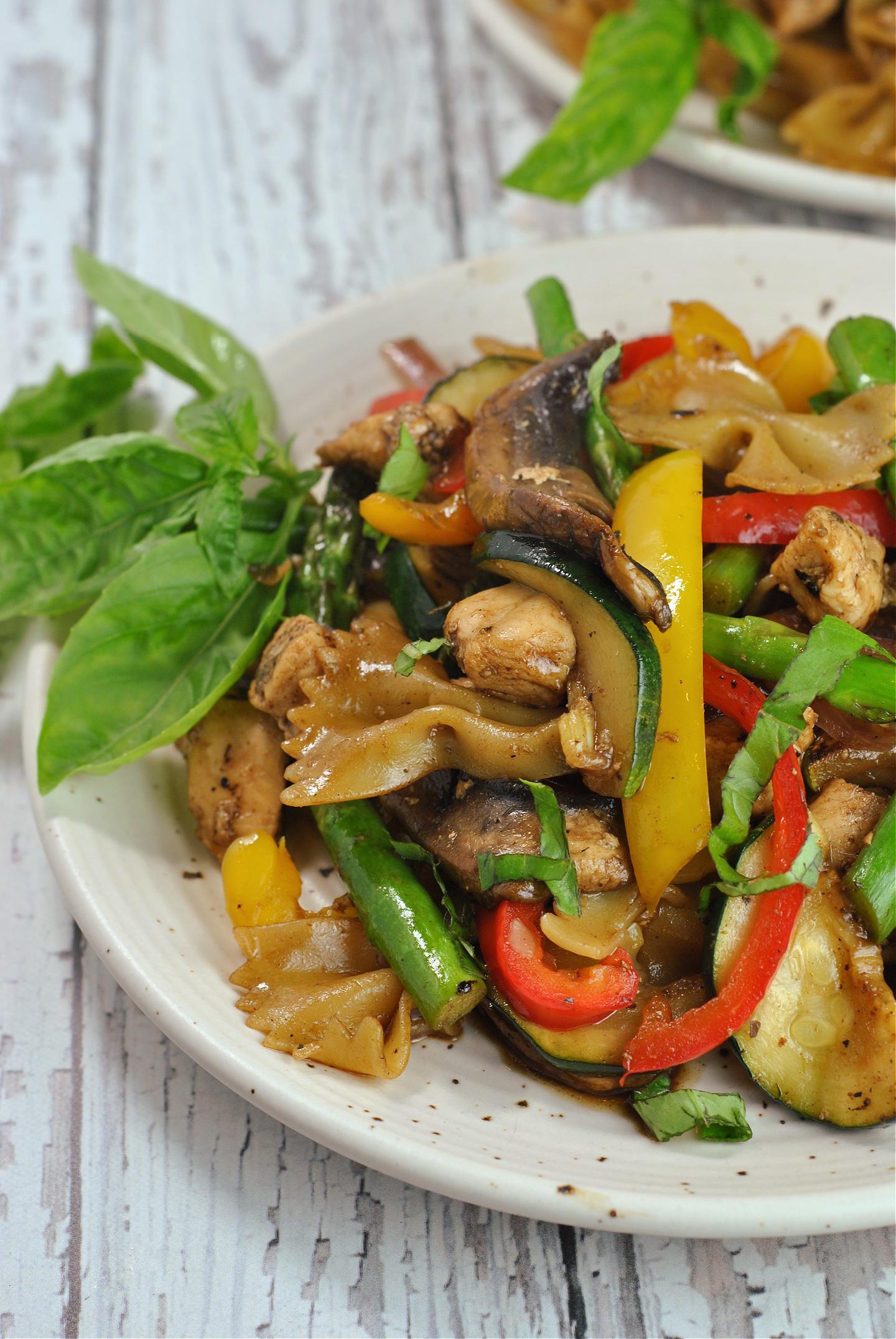Honey Balsamic Pasta with Chicken and Veggies via @preventionrd